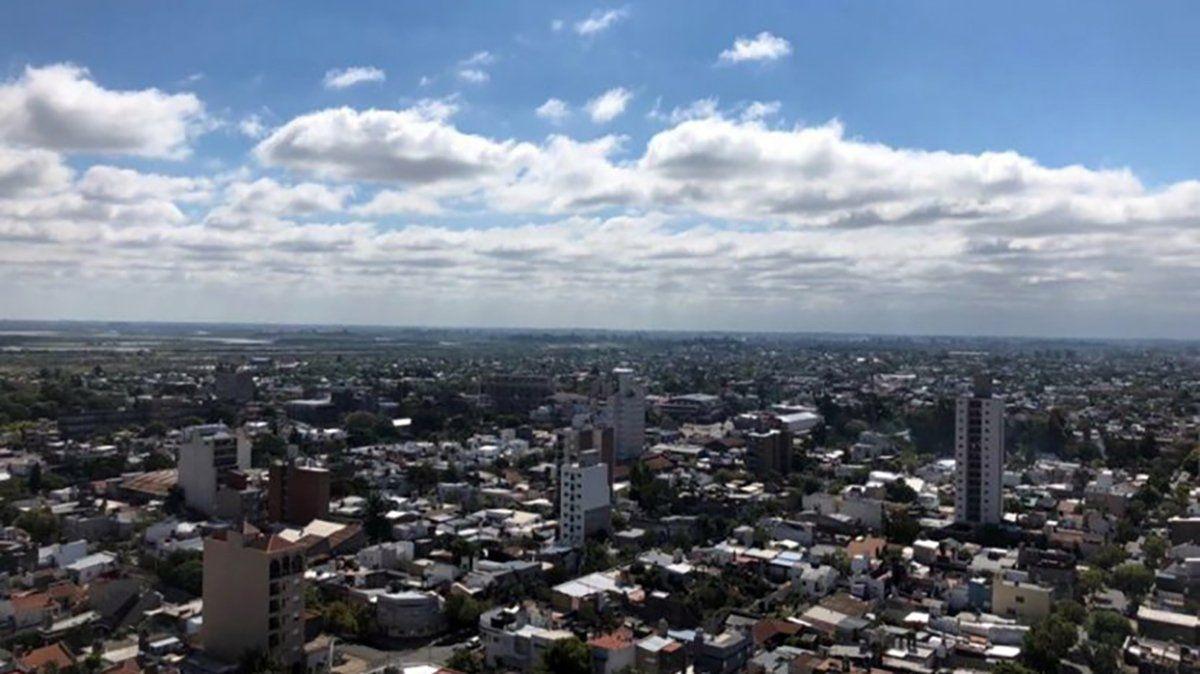 Nubes y sol en la ciudad de Santa Fe.