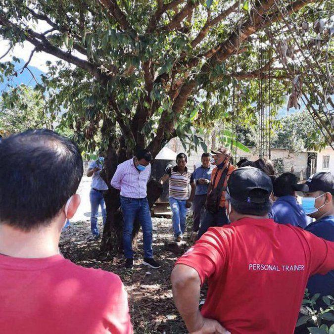 Amarran a alcalde de Chiapas, Oscar Ramírez de un árbol