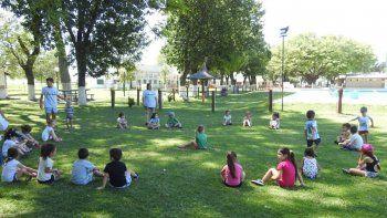 Analizan habilitar reuniones sociales al aire libre y colonias de verano para los más chicos