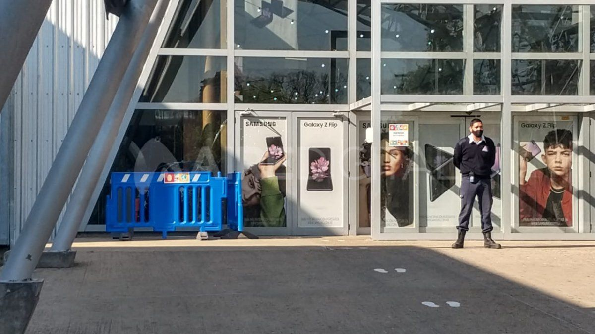 Rompieron la vidriera del Shopping La Ribera