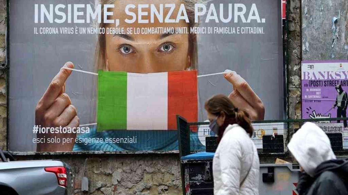 Un cartel en la calle advierte sobre los cuidados por el coronavirus en Italia.