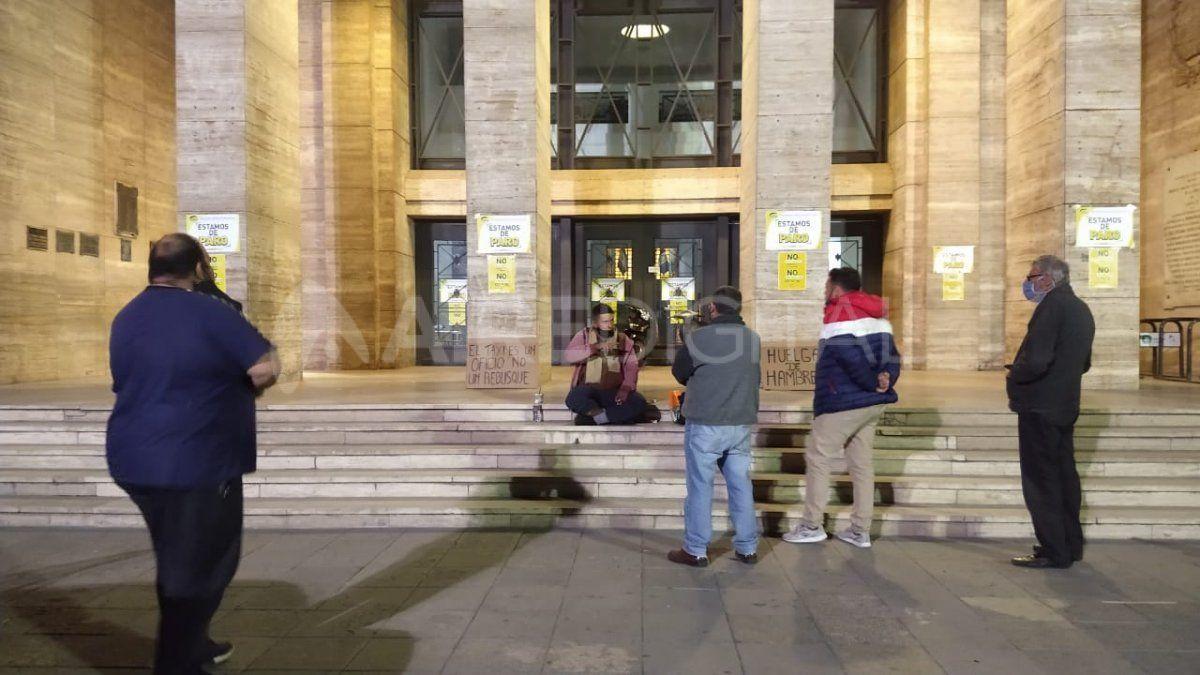 El taxista se instaló en la explanada de la Municipalidad para reclamar que no se instale Uber en Santa Fe.