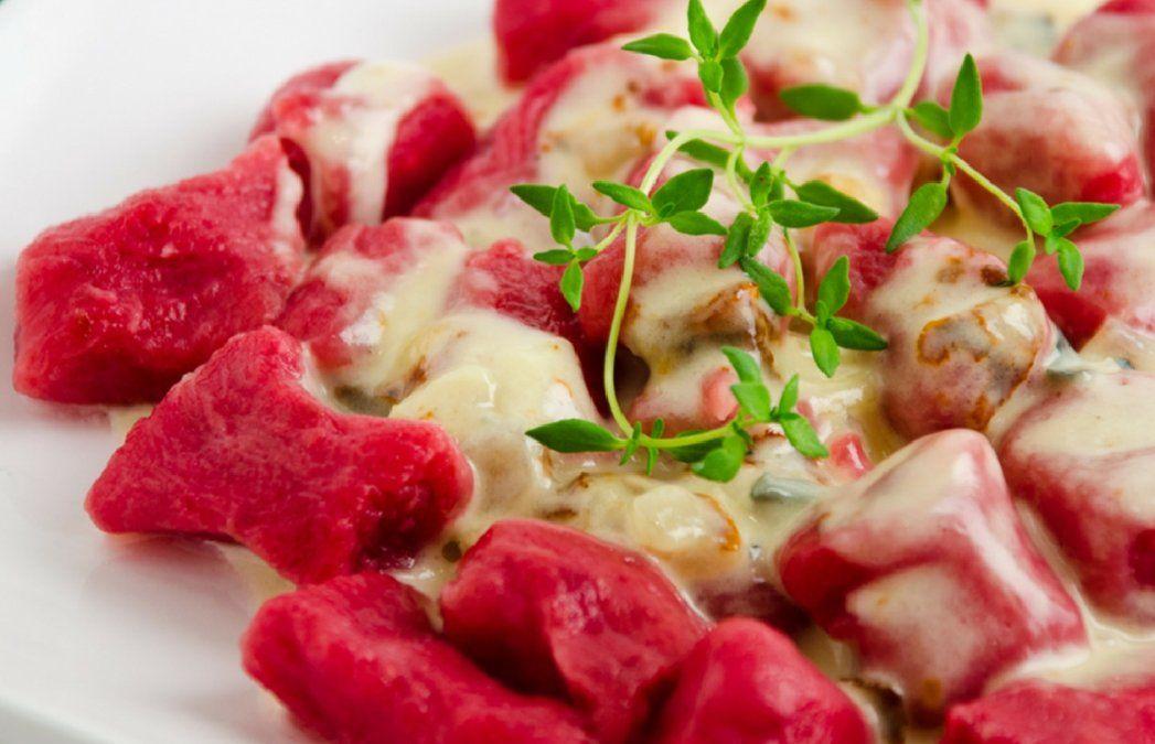 Ñoquis de remolacha con salsa de crema y queso