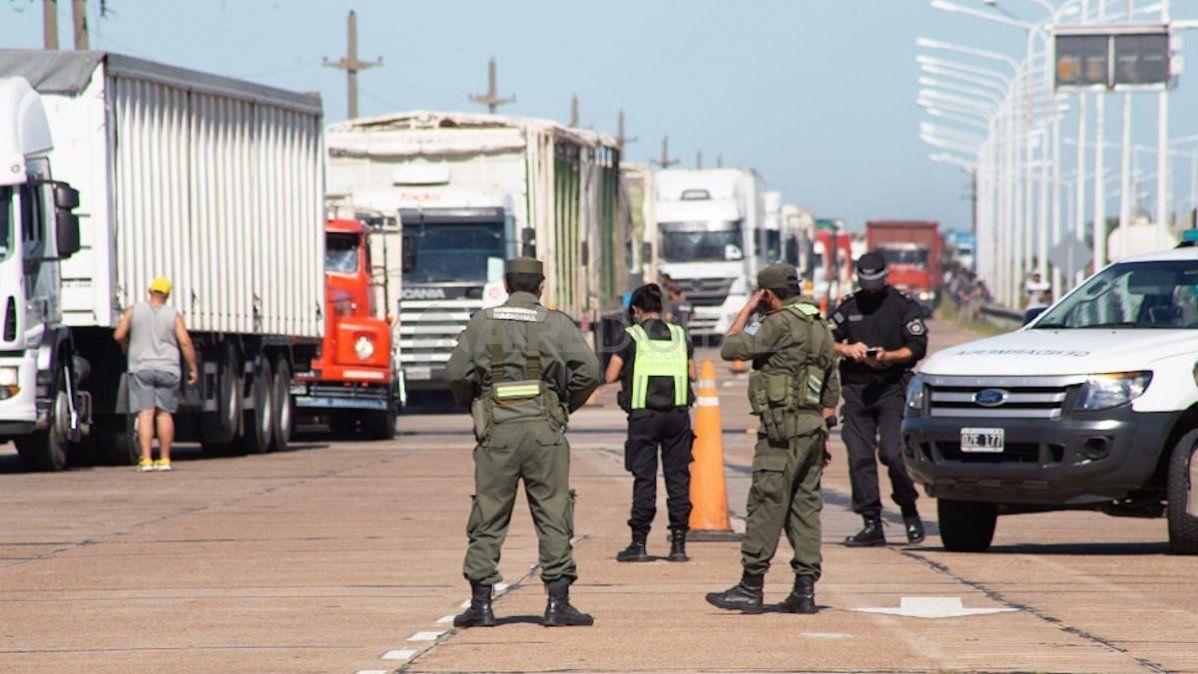 Los manifestantes cruzaron un camion sobre la ruta para impedir el tránsito.