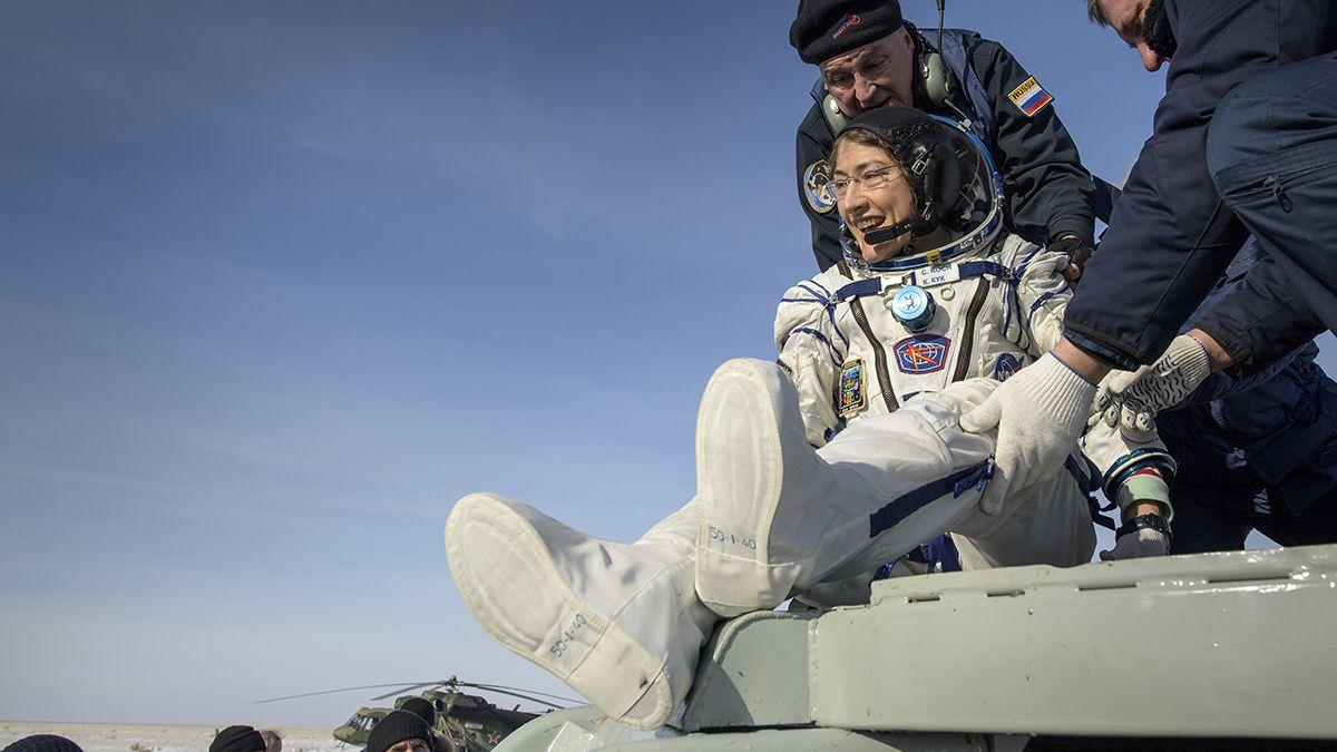 Christina Koch regresó a la Tierra luego de haberle dado más de 5 mil vueltas a bordo de la Estación Espacial Internacional (EEI).