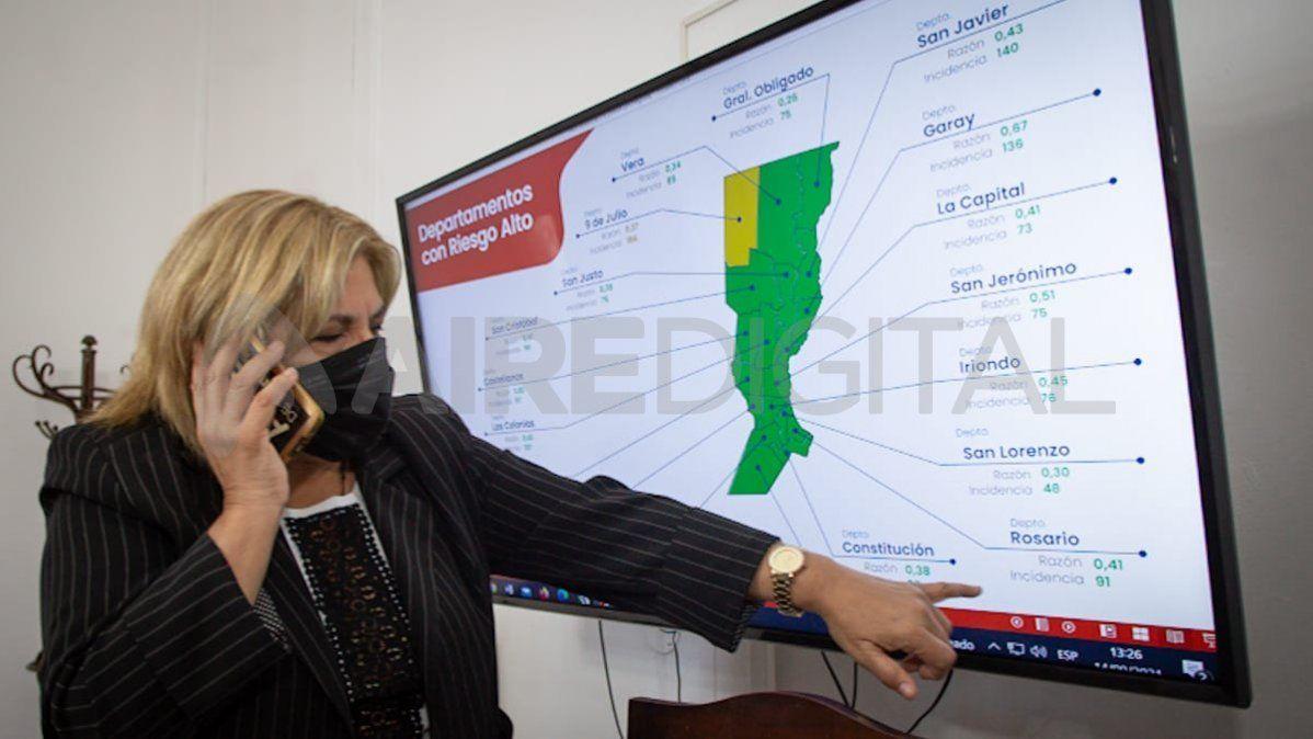 Martorano señalando en un gráfico la situación sanitaria de la provincia de Santa Fe.