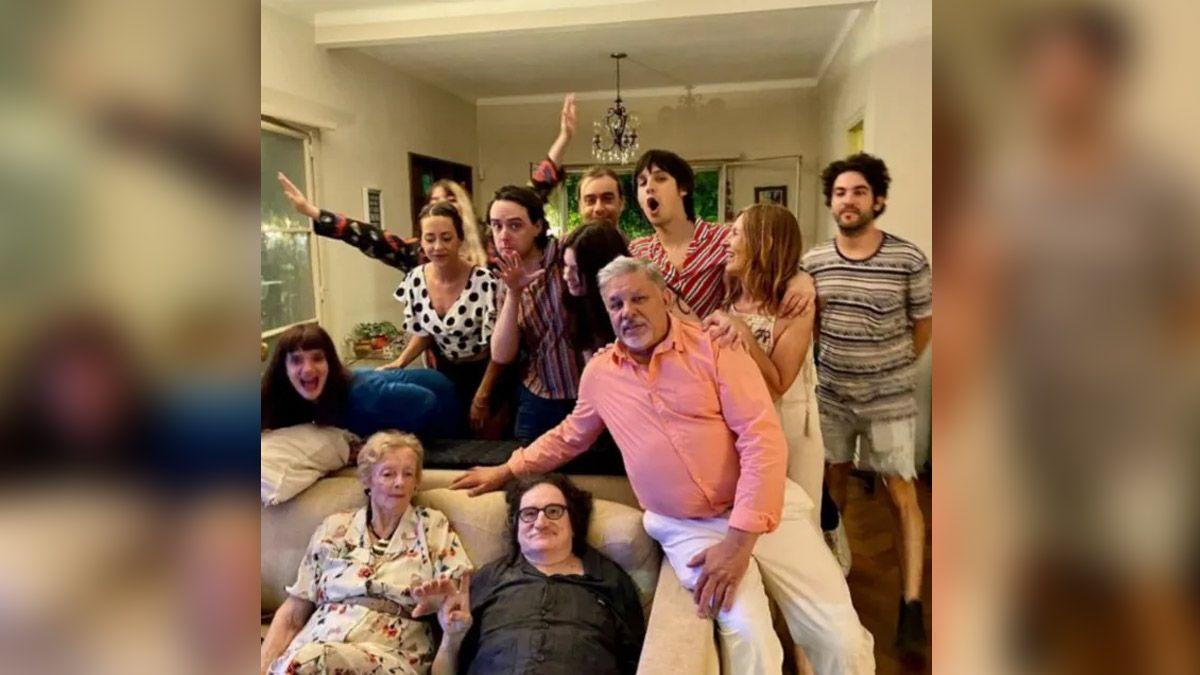 Charly Gacría junto a la familia de Gustavo Cerati
