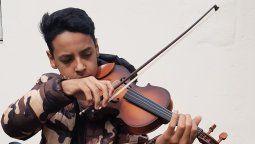 Dylan Villanueva tiene 13 años y desde los seis toca el violín. Se destaca por su enorme talento musical y por la humildad con que afronta cada desafío.
