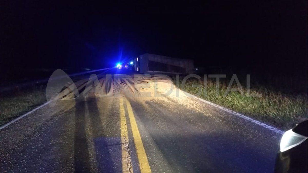 El camión derramó soja sobre la ruta y el tránsito permanecía interrumpido