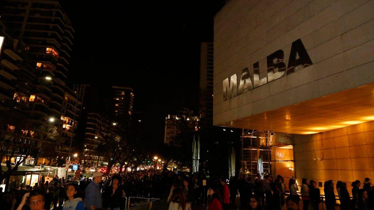 Los museos se iluminan por una noche como acción simbólica para recordar el rol de esos espacios
