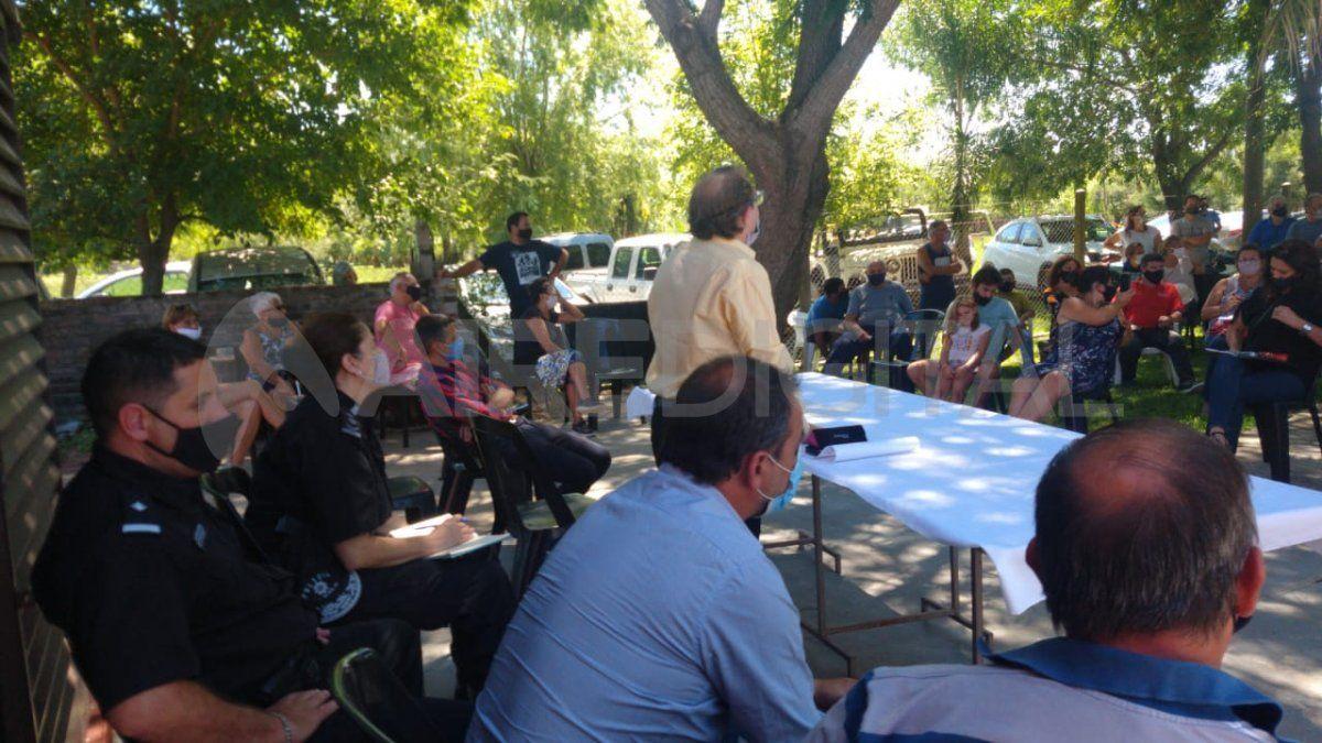 Los vecinos se reunieron este jueves en la Vecinal 30 de Noviembre con los funcionarios del Ministerio de Seguridad