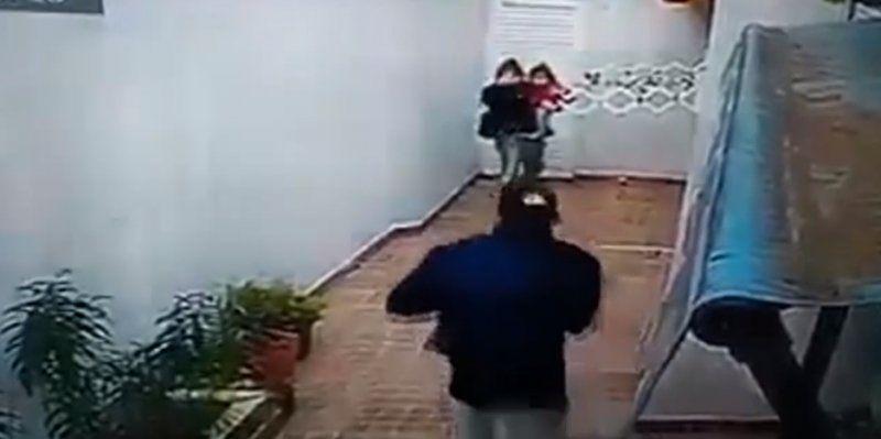 Una pareja con un bebé asaltó a dos ancianas, las golpeó y torturó
