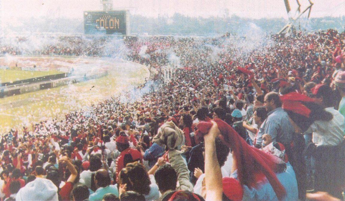 Un marco imponente de hinchas de Colón se hizo presente en el actual Estadio Mario Alberto Kempes