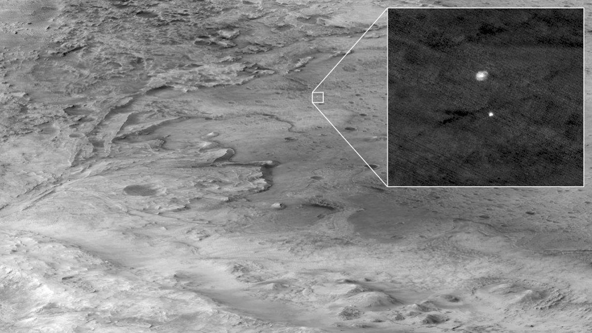 Foto de la cámara HIRISE: el amartizaje fue exitoso y el Perseverance ya está en el cráter Jezero para buscar rastros de vida pasada.