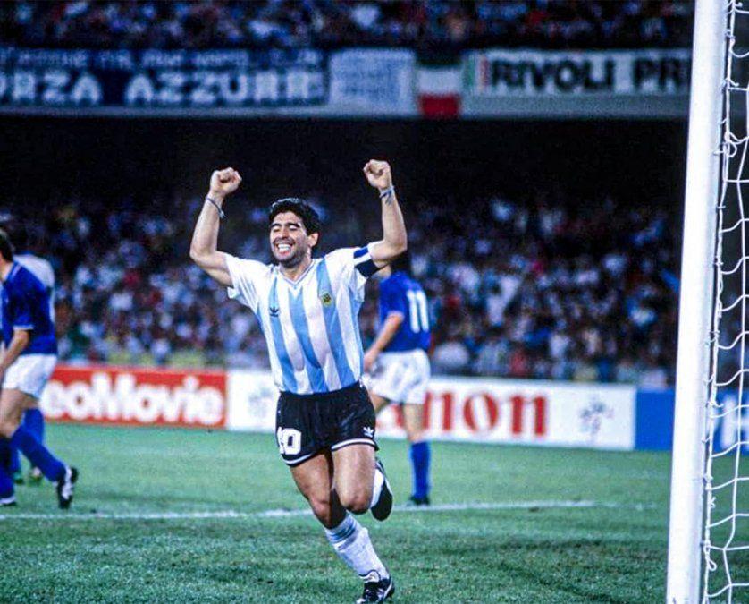 Diego Maradona celebra el gol de Claudio Caniggia a Italia.
