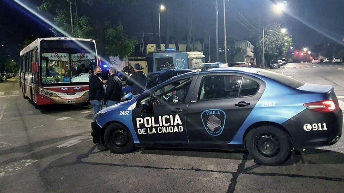Una policía mató de un tiro a un chico de 15 años que subió a robar a un colectivo en Villa Lugano