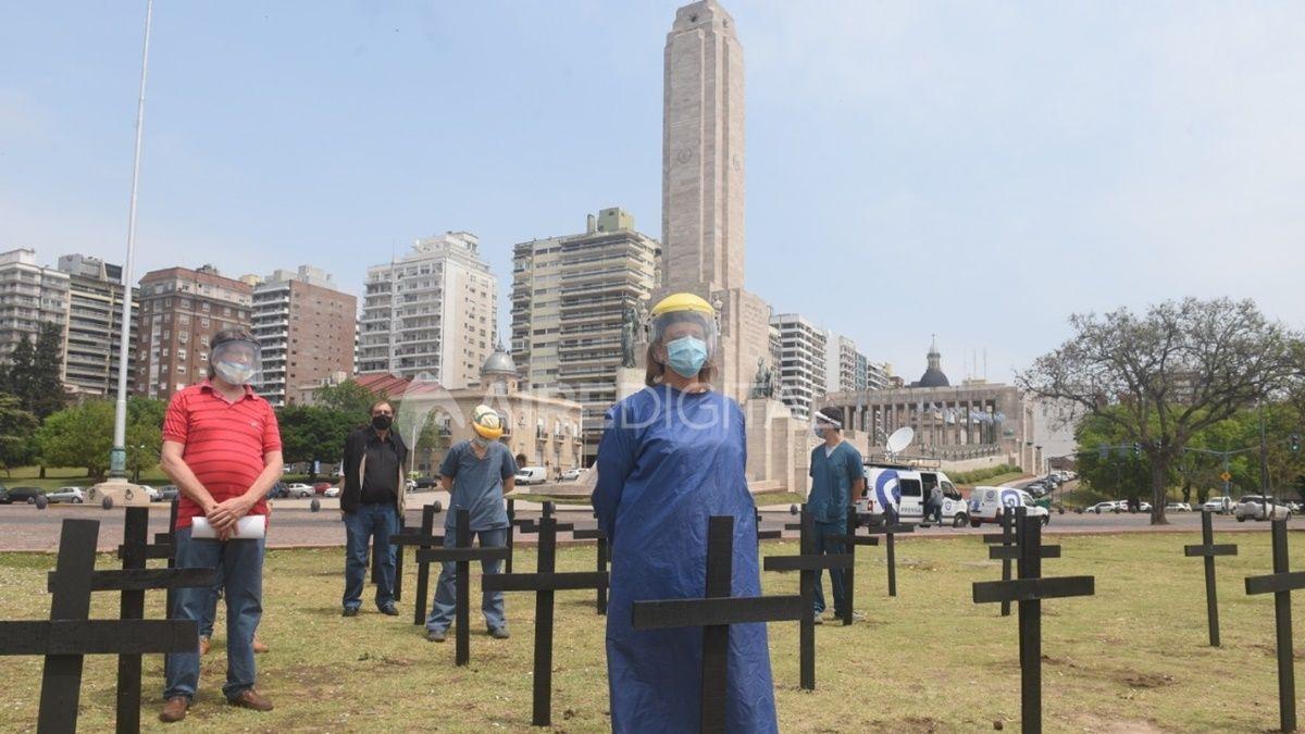 Profesionales de la salud de Rosario se manifestaron frente al Monumento a la Bandera para reclamar restricciones intermitentes que ayuden a contener el avance del coronavirus.