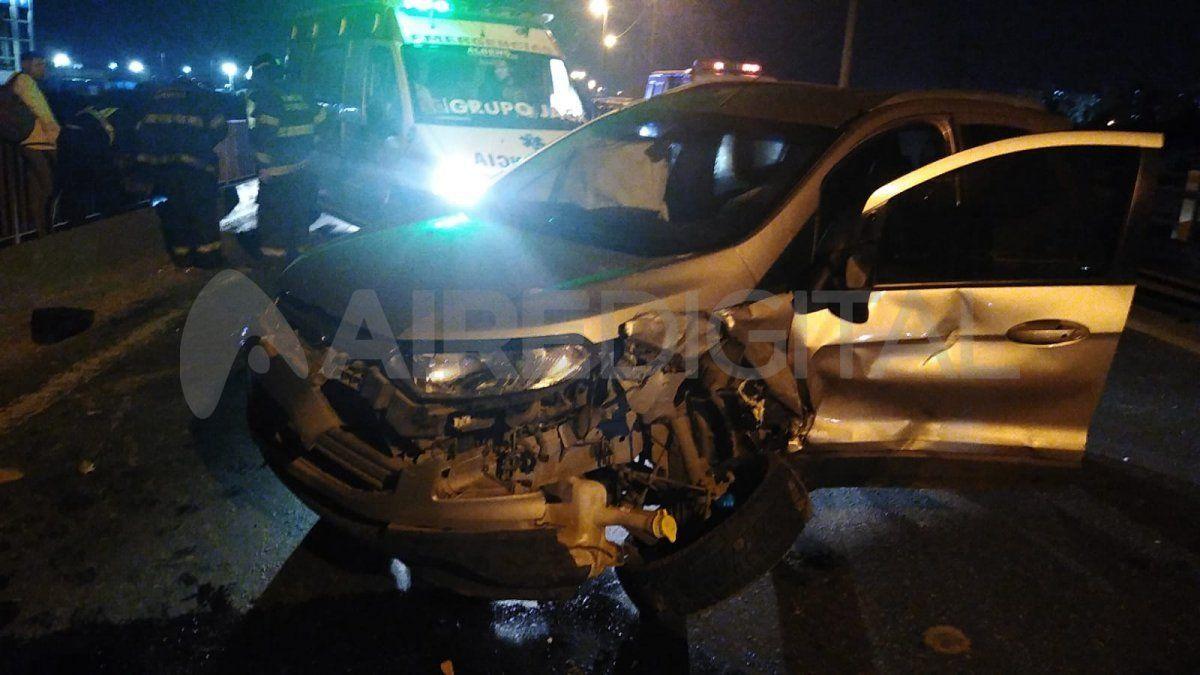 Personal de Bomberos Zapadores trabajó para liberar a una mujer que estaba atrapada dentro de uno de los automóviles.