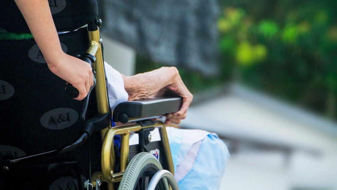 Llevó a un muerto en silla de ruedas hasta un banco para hacerle pasar por vivo y cobrar su pensión