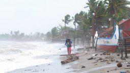 Al menos cuatro personas murieron en Filipinas tras el paso del tifón Goni, el más poderoso de este año, que se abatió este domingo sobre el archipiélago, donde las autoridades hablan de condiciones catastróficas en algunas regiones, tras haber evacuado a más de 350.000 personas.