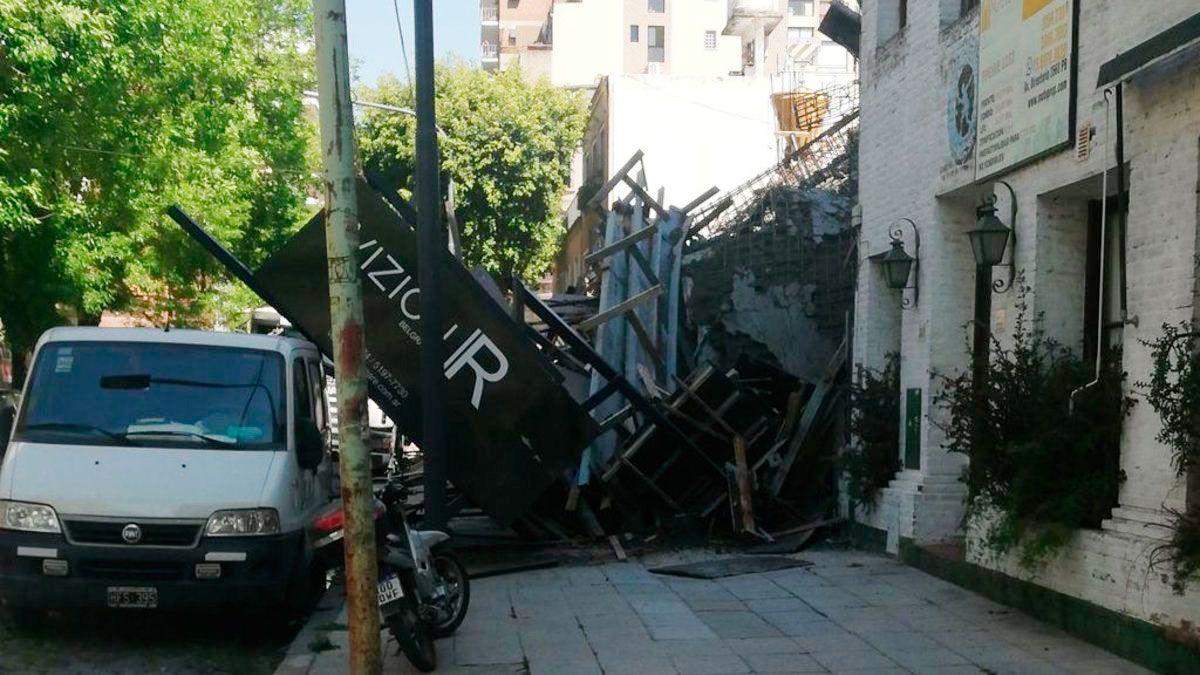 Parte de la obra se derrumbó hacia la vereda. Foto: @jotaleonetti