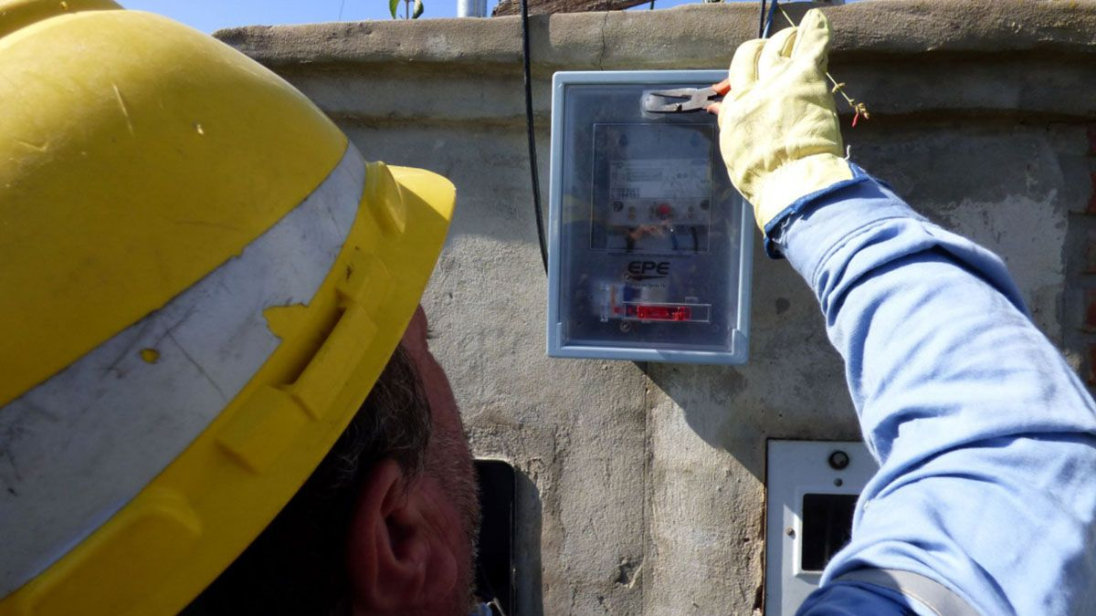 En la ciudad de Santa Fe son 45 los operarios aislados de la Empresa Provincial de la Energía.