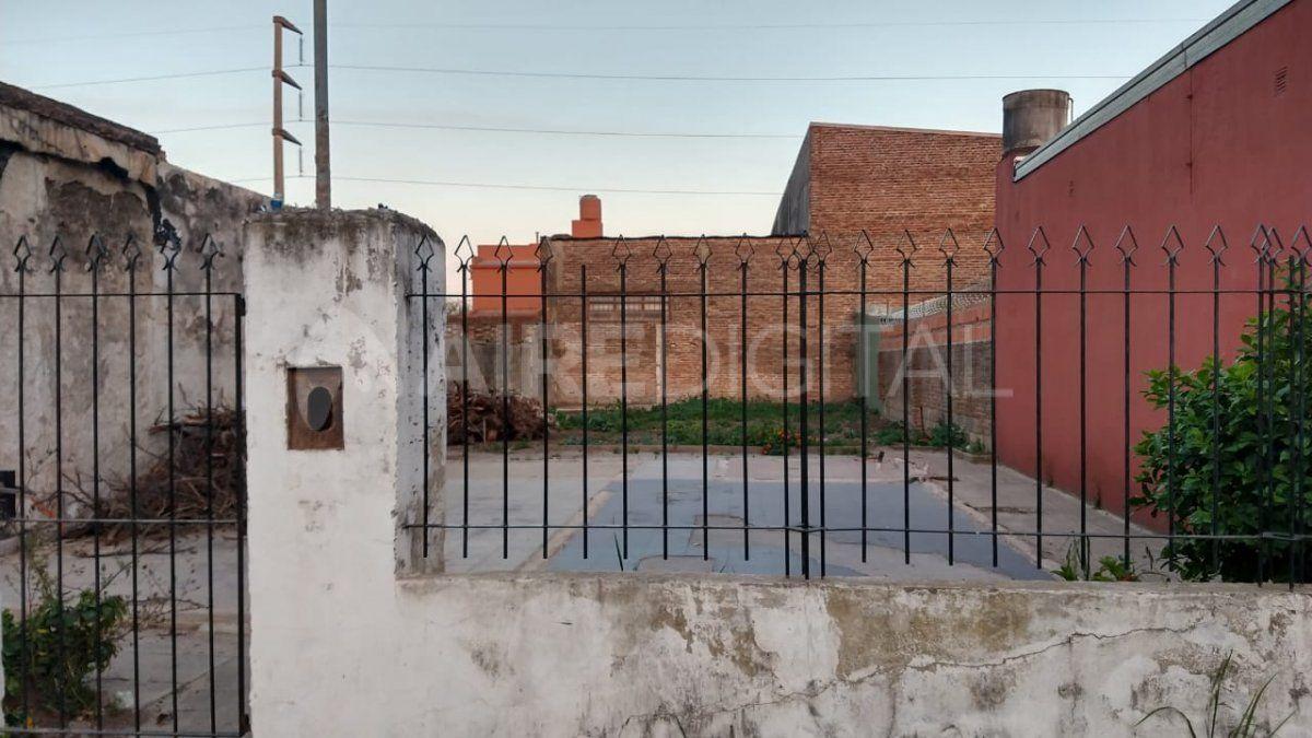 En este terreno había una casa que fue incendiada. Los dueños la desmantelaron para evitar ocupaciones ilegales. Por este predio ingresan los delincuentes a la cochera