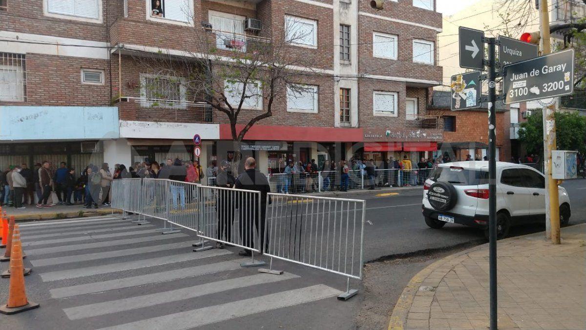 Desde la madrugada hay empleados municipales ingresando a la sede y el tránsito está totalmente interrumpido en Urquiza y Juan de Garay.