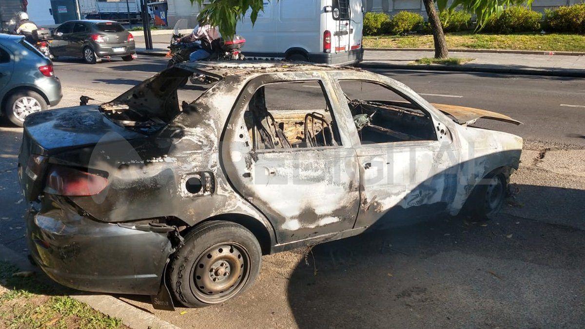 Un taxi se prendió fuego en pleno bulevar