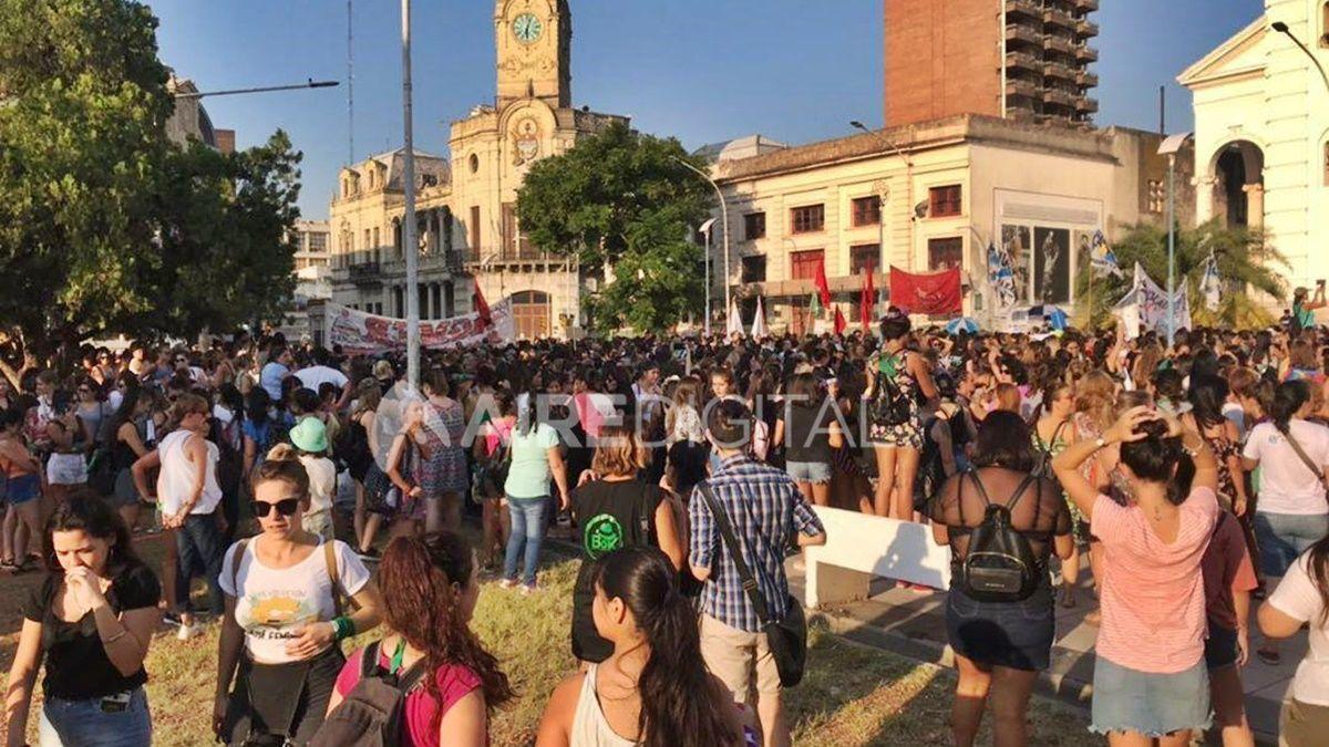 La plaza 1° de Mayo de Paraná repleta de mujeres concentradas antes de comenzar la marcha.