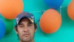 Un hombre acusado de ser autor de un femicidio y que era buscado por la policía, apareció este lunes muerto en el interior de un acoplado abandonado en un barrio de la Capital de Corrientes y se investiga si se suicidó.