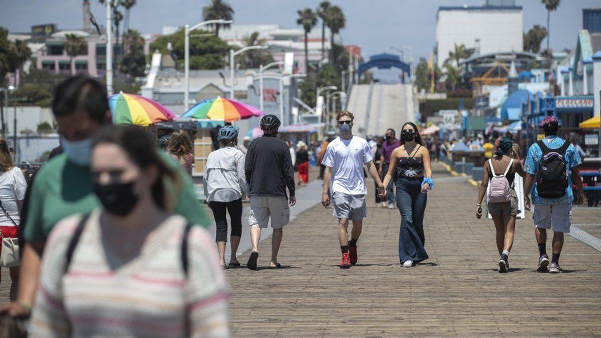Gente con protectores faciales durante un paseo en el muelle de Santa Mónica. El condado de Los Ángeles tiene ahora más de 100.000 casos de coronavirus.