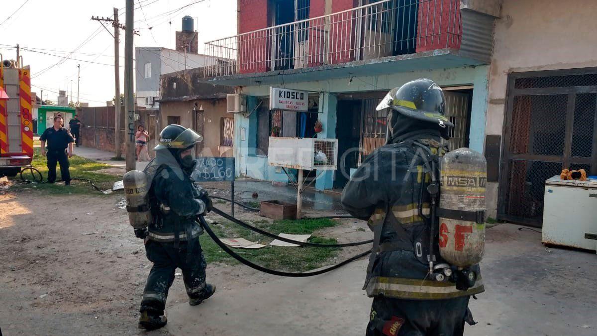 Bomberos de la ciudad debieron acudir a barrio Centenario durante la siesta del jueves.