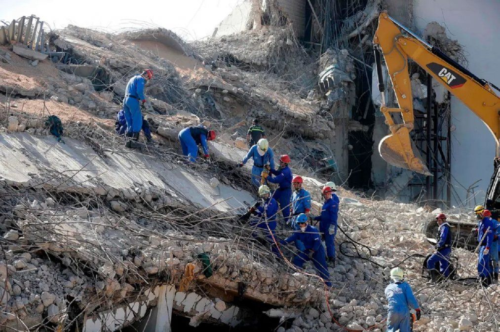 En Beirut remueven los escombros que dejó la devastadora explosiónFuente: AFP