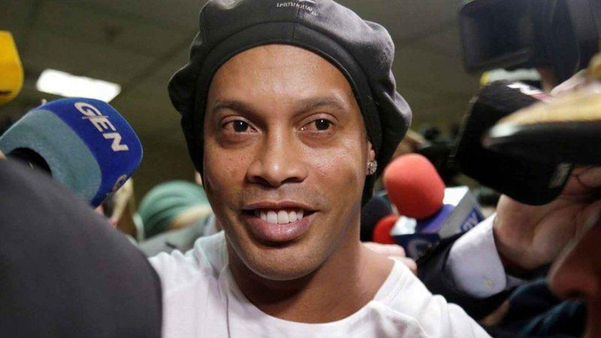 Ronaldinho anunció que dio positivo de coronavirus pero que está bien y asintomático.