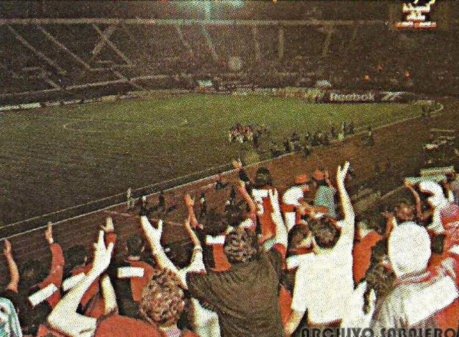 Los hinchas de Colón acompañan al equipo en Santiago de Chile