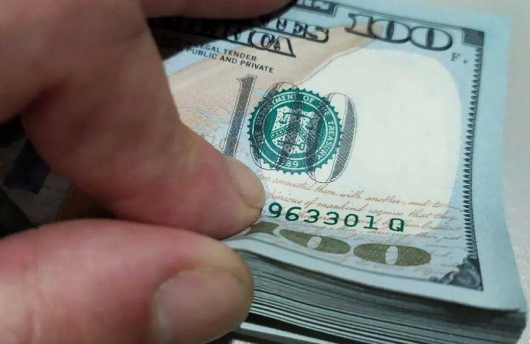 El dólar blue se mantuvo en $156 y la brecha cambiaria cayó debajo del 80%