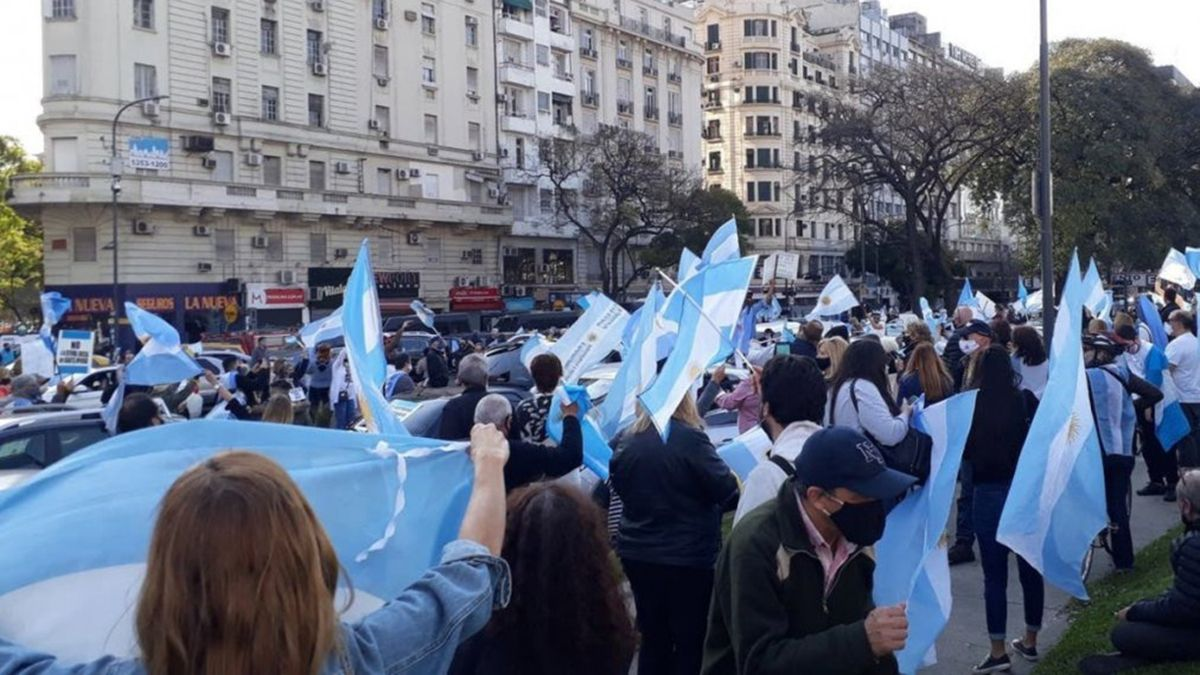 Los manifestantes se acercaron al Obelisco porteño para movilizarse por el 13S contra el Gobierno nacional.