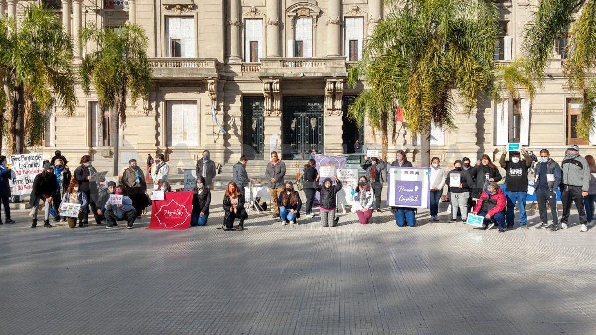Feriantes y emprendedores santafesinos montaron sus puestos frente a Casa de Gobierno para reclamar por la suspensión de su actividad.