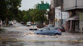 En varias esquinas de la ciudad de Santa Fe se formaron lagunas por la caída de mucha agua en un tiempo corto.