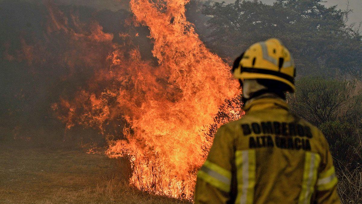Bomberos combaten el fuego que ya afectó el doble de hectáreas que en 2013