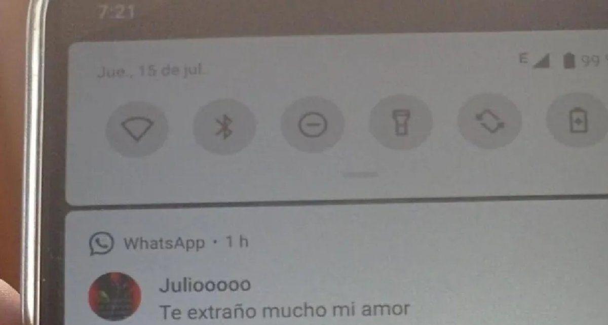 Encontró el celular de su papá desbloqueado y descubrió un sospechoso mensaje de su amigo Julio: Por accidente vi que lo extraña mucho