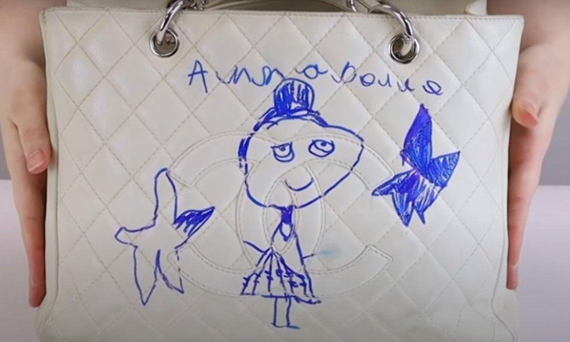 La nena inocentemente hizo un dibujo en el bolso Chanel de su mamá