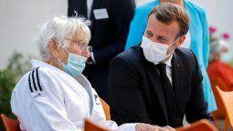 El presidente francés, Emmanuel Macron, junto a una persona de la tercera edad. Las autoridades sanitarias recomiendan comenzar la vacunación contra el coronavirus en los geriátricos.