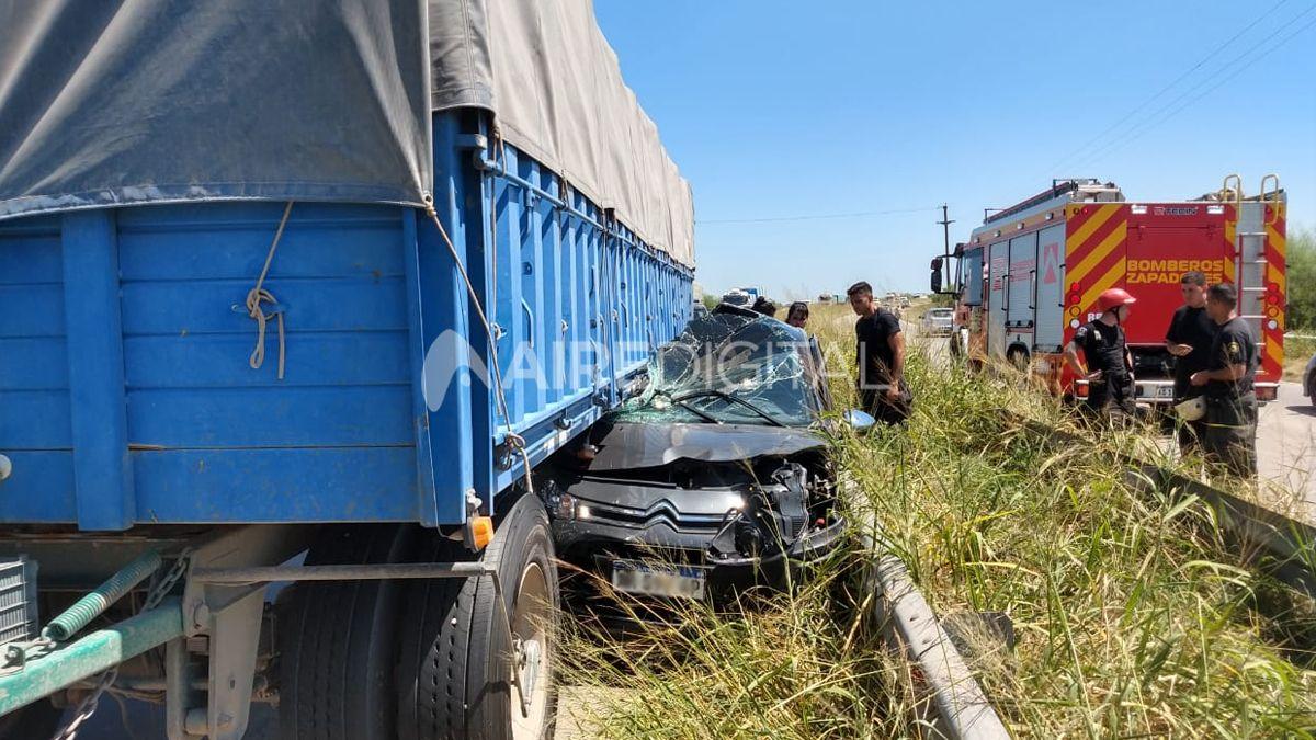 Las imágenes del impactante accidente que dejó atrapado a un auto entre un camión y el guardarrail en circunvalación