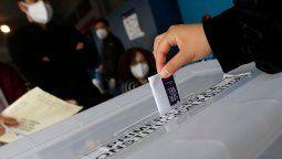 Este sábado comenzaron las votaciones en Chile, y se extenderán hasta mañana de 8 a 18 hs. Se eligen 155 convencionales constituyentes para reformar la Constitución Nacional.
