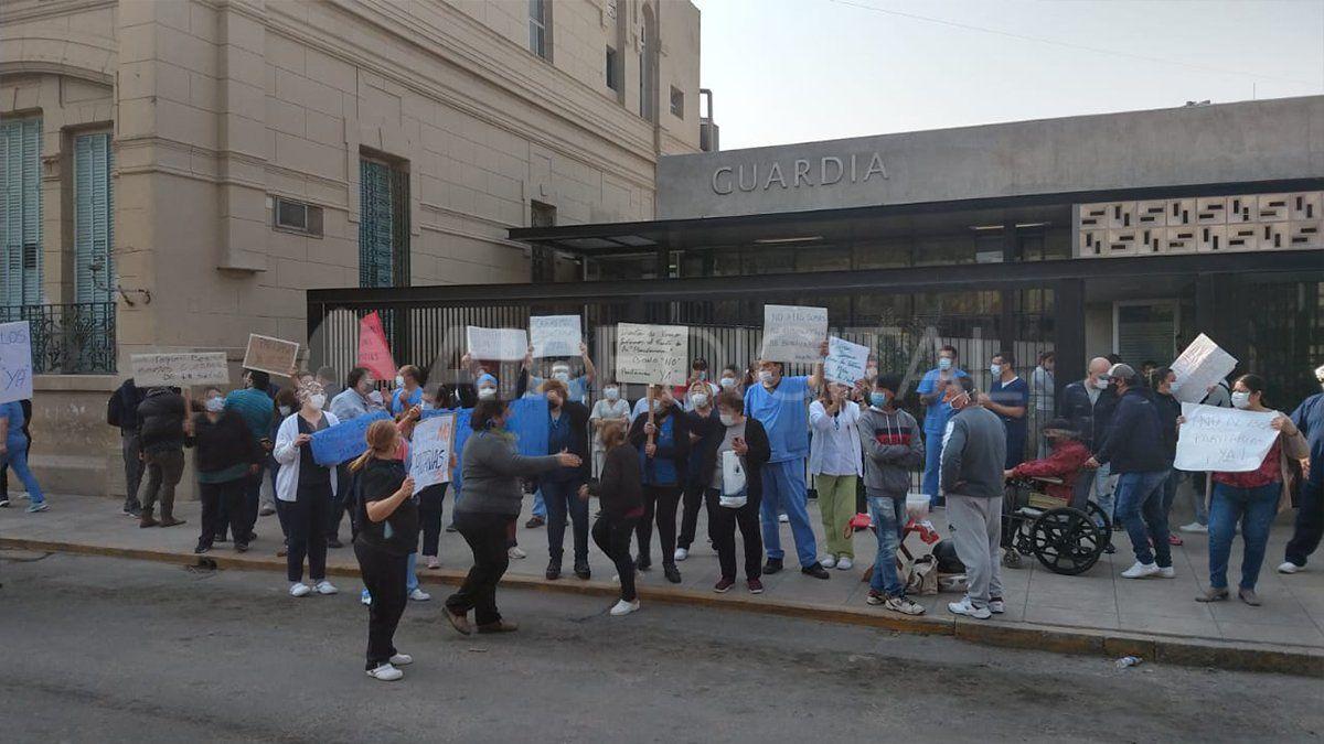 Trabajadores del Cullen se manifiestan en la puerta del edificio en contra del acuerdo salarial de los gremios que no son de salud.