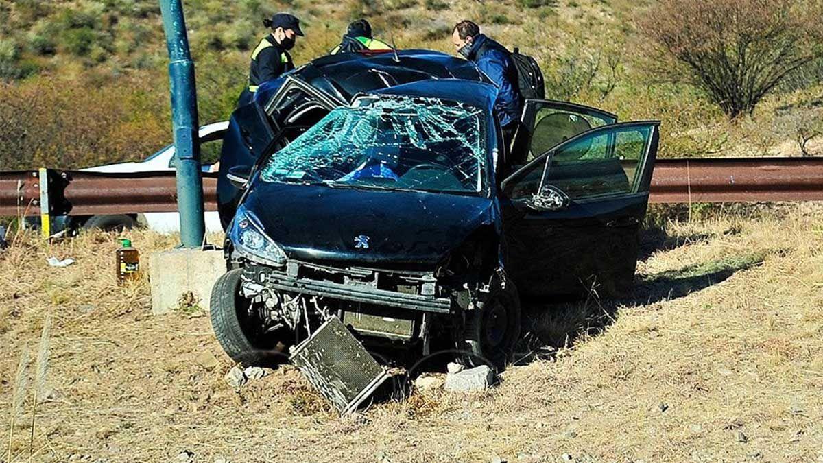 El accidente fue protagonizado por un Peugeot 208 conducido por un hombre de 40 años que iba acompañado por una mujer de 39 y una niña de 9 años