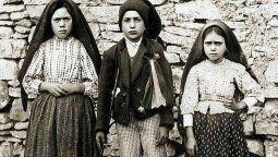 El domingo 13 de mayo de 1917, los tres niños fueron a pastorear sus ovejas como de costumbre, a un lugar conocido como Cova da Iria, cerca de su pueblo de Fátima en Portugal