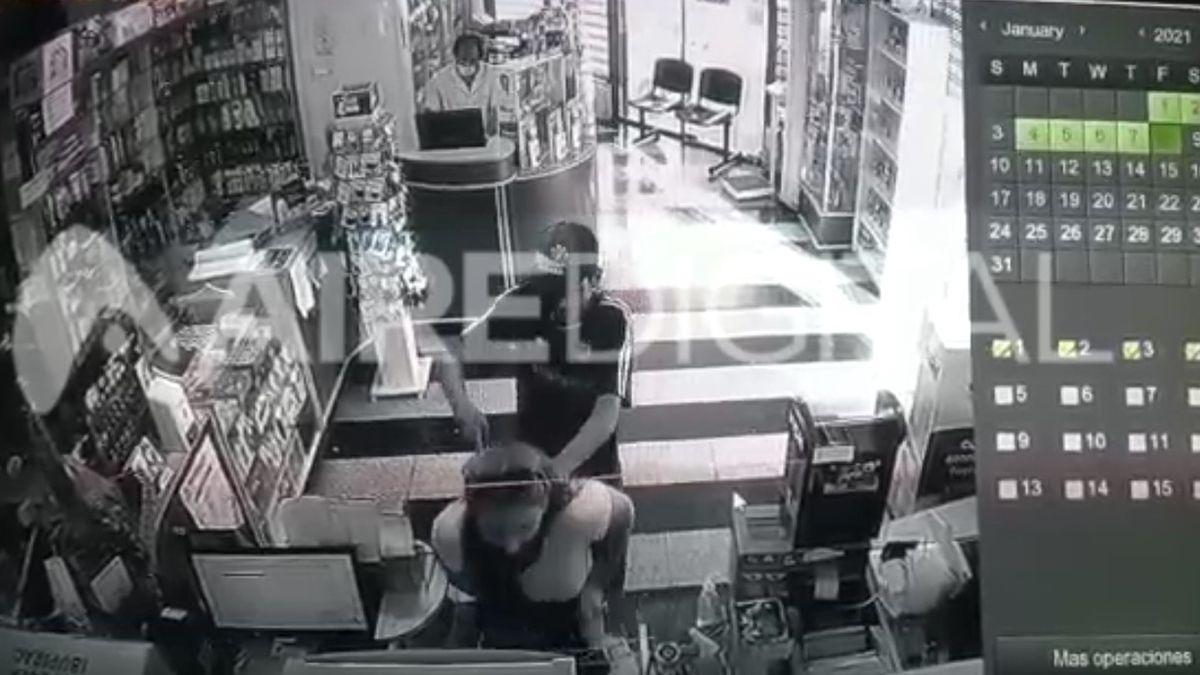 Captura del video - Asalto a una farmacia de Bulevar